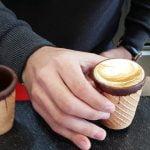 O invenție dulce și prietenoasă cu mediul: ceștile de cafea comestibile
