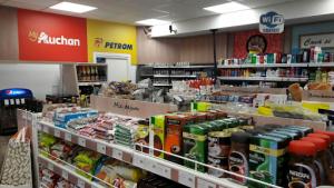 Auchan preia magazinele din benzinariile Petrom